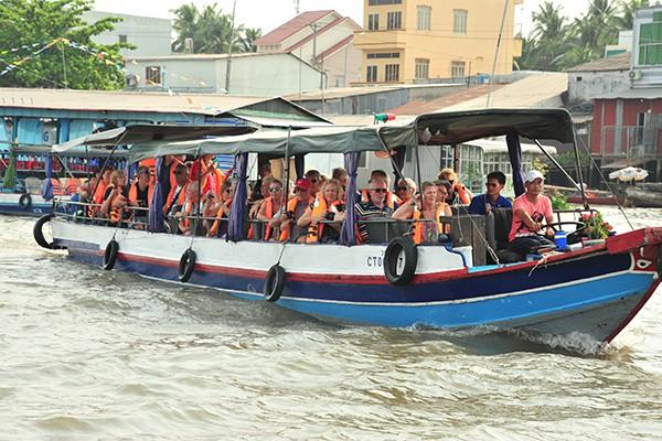 Ngày nào cũng có những đoàn khách nước ngoài đông như thế này đi tham quan chơ nổi trên sông Hậu.