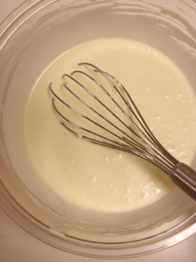 Lọc hỗn hợp qua rây. Dùng một chiếc khay lớn và thành cao. Đặt khuôn vào giữa. Cho cả khay và khuôn vào lò. Đổ nước sôi vào khay sao cho nước ngập 1/2 khuôn. Sau khi đổ nước, nhanh chóng đóng cửa lò. Nướng bánh ở 160 độ C trong khoảng 60 phút. Lưu ý, sau khoảng 40 phút mặt bánh có thể sẽ vàng. Bạn nên dùng một miếng giấy bạc, nhanh tay mở cửa lò và đậy giấy lên trên rồi tiếp tục nướng. Việc làm này sẽ giúp bánh giữ được màu vàng đẹp, không bị cháy mặt bánh.