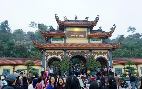 Chùa Ba Vàng là ngôi chùa lớn, đẹp nên thu hút nhiều du khách.