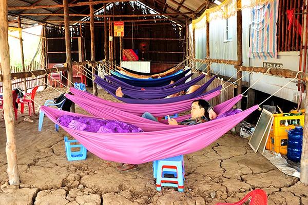 Khách chủ yếu là những người đi đường xa hoặc lao động làm việc gần đó cần một tìm một chỗ nghỉ ngơi.