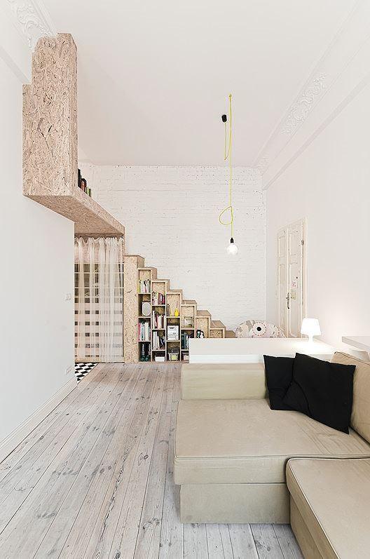 Ngoài ra, cầu thang gỗ nhỏ được tận dụng làm tủ đứa đồ cũng giúp không gian gọn gàng và thoáng đãng hơn rất nhiều.