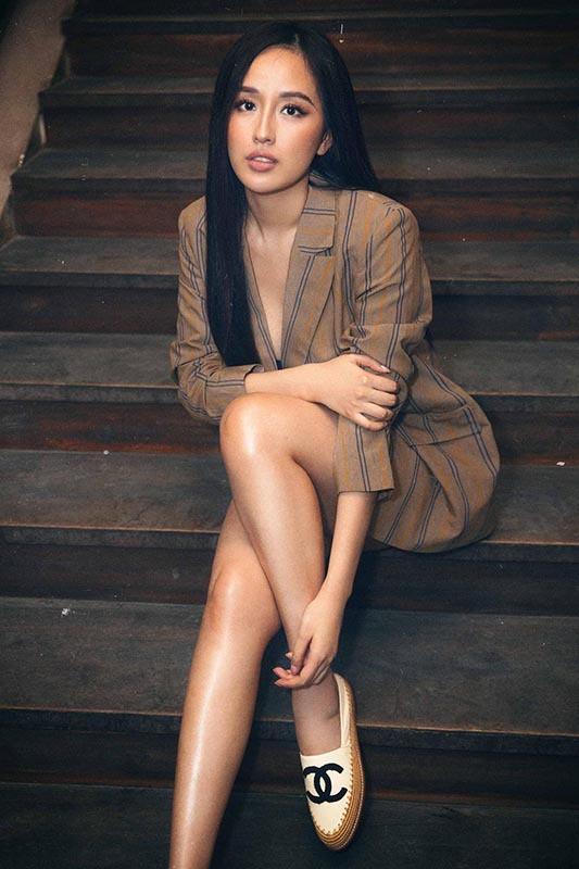 Không còn xuất hiện với hình ảnh dịu dàng cùng những đầm thướt tha, Hoa hậu Việt Nam 2006 khác lạ với nước da nâu cùng phong cách ăn mặc quyến rũ, khoe trọn đôi chân dài.
