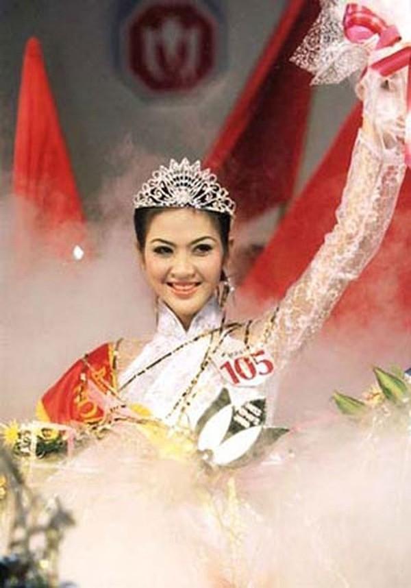 Phan Thu Ngân đăng quang Hoa hậu Việt Nam 2000.