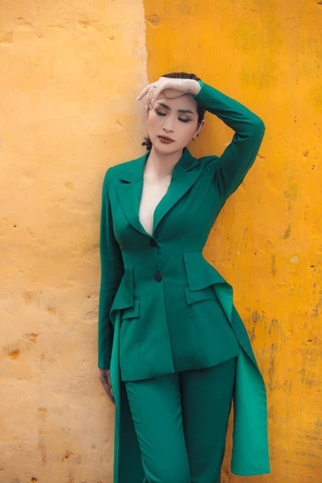 Một thời gian dài không xuất hiện ở Hà Nội, bản thân cũng chẳng còn trẻ đẹp, sexy như xưa, không biết khán giả nghĩ gì và đón nhận ra sao. Đặt vào hoàn cảnh ấy, tôi nghĩ ai cũng áp lực thôi, cô tâm sự.