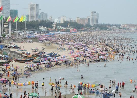 Du khách tắm biển đông đúc tại khu vực Bãi Sau, TP Vũng Tàu