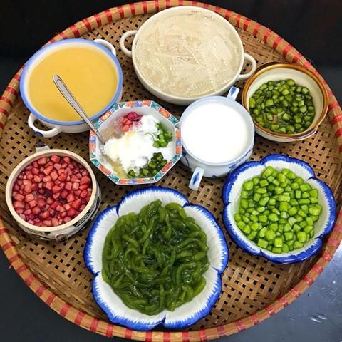 Để làm chè sương sa hạt lựu, bạn cần chuẩn bị củ mã thầy, củ dền, lá nếp, bột năng, cốt dừa, đường cát, bột rau câu, đậu xanh. Món ăn này là sự kết hợp của những loại thạch nhiều màu sắc gồm thạch hạt lựu làm từ củ dền, lá nếp với nhân là củ mã thầy, bánh lọt, trân châu, cùng nước chan ngậy vị cốt dừa. Món chè là thức uống giải khát bắt mắt, phù hợp với những ai thích ăn thạch.