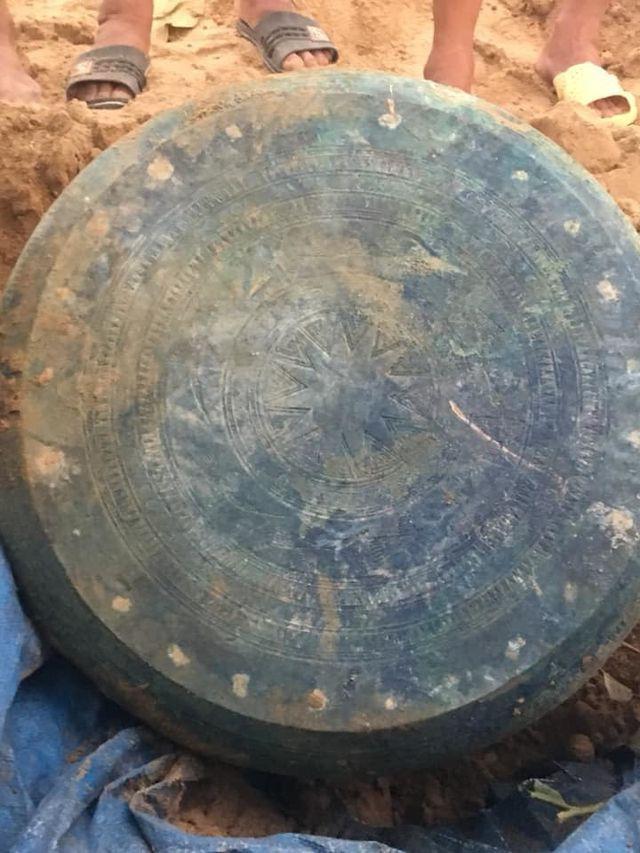 Mặt trống đồng được phát hiện tại thôn Tả Thàng.