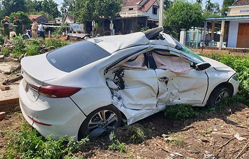 Ôtô bị biến dạng sau cú tông của tàu hỏa. Ảnh: Đắc Thành.