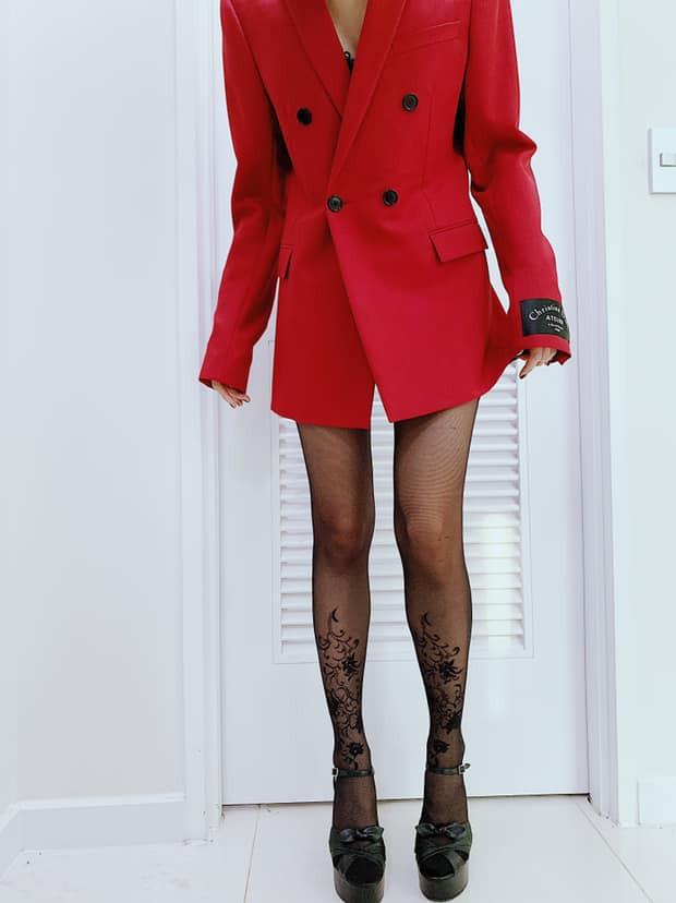 Thân hình gày guộc của Hạ Vi được fan chú ý khi nữ diễn viên chụp cận cảnh đôi chân.