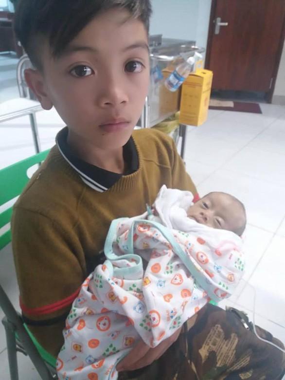 Cậu bé Chiến và em trai ở Bệnh viện Nhi T.Ư, cuối tháng 3-2019 - Ảnh: FB ĐNQ