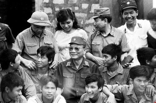 Đại tướng Lê Đức Anh chụp ảnh cùng các chiến sỹ.