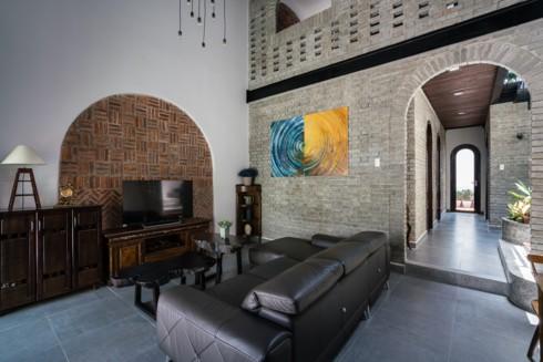 Các phòng kết nối liền mạch thông qua dãy hành lang mái vòm, xây theo phong cách truyền thống.