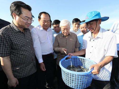 Tổng bí thư, Chủ tịch nước Nguyễn Phú Trọng, thứ hai từ phải sang, trong chuyến công tác tại Kiên Giang hôm 14/4. Ảnh: TTXVN.