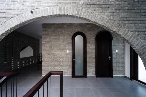 Cửa và mái hình vòng cung mang đậm phong cách nhà ở nông thôn.
