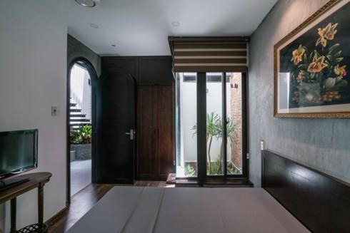 Phòng ngủ có cửa kính có thể nhìn ra giếng trời.