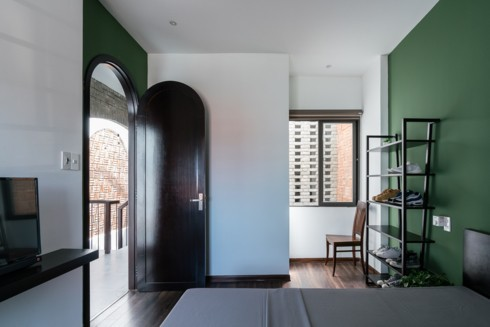 Phòng ngủ của những đứa con mang màu sắc vui tươi và trẻ trung hơn nhưng vẫn không phá vỡ quy tắc trầm ổn và thô mộc của toàn bộ căn nhà.