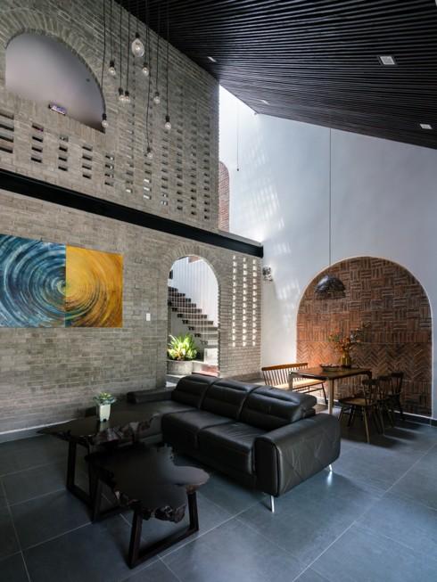 Mái nhà nghiêng để thoát nước trong mùa mưa đồng thời gợi nhắc về hình ảnh của những ngôi nhà ở vùng nông thôn Việt Nam.