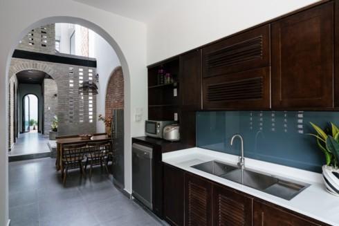 Tủ bếp cũng là gỗ, cửa có nhiều ngăn thoáng khí để tránh thực phẩm bị ẩm mốc.