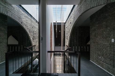 Gạch trần thô mộc và yên tĩnh là chất liệu chính được sử dụng trong ngôi nhà.