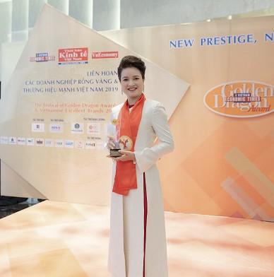 ThS.DS.Nguyễn Thị Hương Liên - Phó TGĐ Sao Thái Dương nhận kỷ niệm chương Thương hiệu mạnh