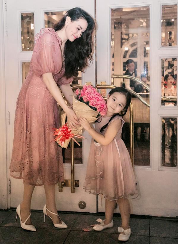 Hai mẹ con nữ diễn viên mặc ton-sur-ton hồng trong buổi tiệc sinh nhật tổ chức ở thủ đô, hôm 3/4.