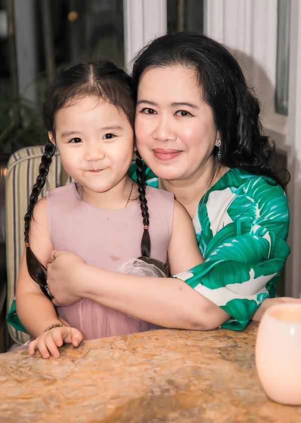 Nhà văn Nguyễn Thị Thu Huệ - mẹ chồng của Trang Nhung - rất cưng chiều cháu nội.