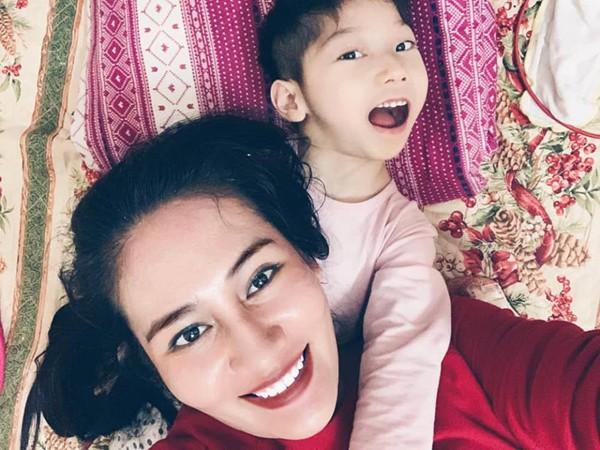 Minh Cúc và con gái nhỏ.