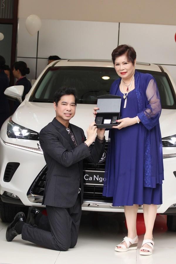 Cuối năm 2018, Ngọc Sơn tiếp tục được mẹ tặng một chiếc xe sang màu trắng giá 3 tỷ đồng. Nam ca sĩ đã quỳ gối trước đấng sinh thành khi nhận món quà đắt giá.