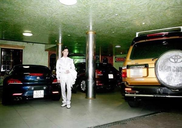 Ngọc Sơn bên bộ sưu tập xe dưới hầm của căn biệt thự trăm tỷ.