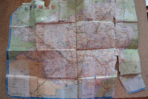 Tấm bản đồ tỉnh Quảng Tây khi đi tìm con được ông Thắng giữ lại cẩn thận. Ảnh: Hiền Trịnh.