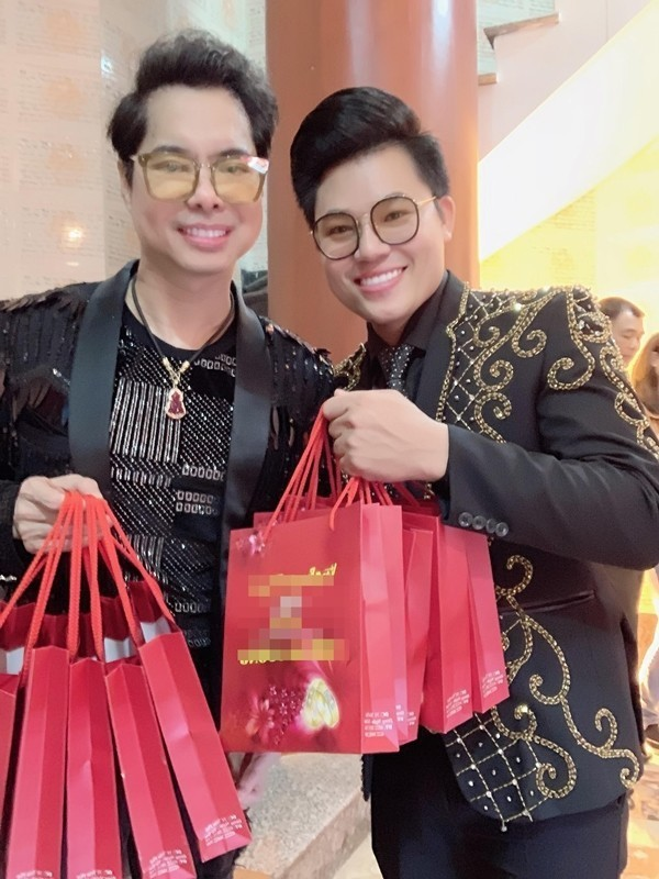 Vào ngày 14/2 vừa qua, nhằm ngày Thần tài, Ngọc Sơn dẫn con nuôi Duy Cường mua vàng cầu may hết 100 triệu đồng.