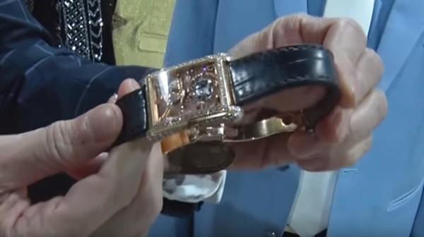Ngọc Sơn ít khi khoe nhưng tủ đồ của anh có vô số hàng hiệu. Mới đây, tại hậu trường show Hãy nghe tôi hát, nam ca sĩ nằng nặc đòi tặng đàn anh Thái Châu chiếc đồng hồ nạm kim cương. Theo đó, đây là mẫu đồng hồ phiên bản giới hạn có đánh số thứ tự của một thương hiệu nổi tiếng Thụy Sĩ, giá khoảng 7 tỷ đồng.