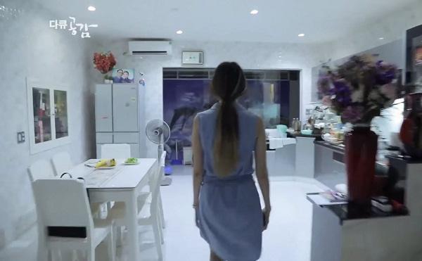 Căn bếp của gia đình Trấn Thành - Hari Won cũng có cùng tông với phòng khách và khá rộng.