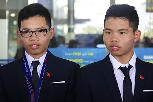 Lê Quang Huy (phải) và Lê Việt Hoàng (trái) trở về Việt Nam từ APhO 2019 trưa 14/5. Ảnh: Dương Tâm
