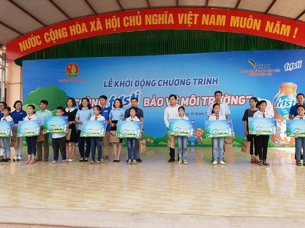 """BTC trao quà tặng cho đại diện các trường tham gia chương trình """"Cùng Fristi bảo vệ môi trường"""" năm 2019"""