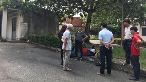 Người thân đang chờ làm thủ tục hỏa tán nạn nhân Trần Đức Linh tại Hoa viên nghĩa trang Bình Dương. Ảnh: Minh Hậu.