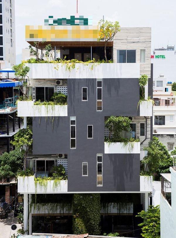 Khách sạn nằm trong khu phố sầm uất ven biển với 6 tầng, 13 phòng ngủ, quán cafe, phòng tập thể dục..