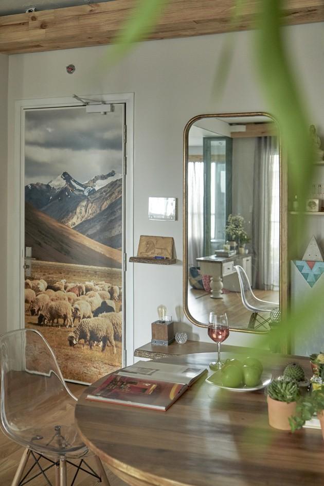 Những bức hình ghi lại những khoảnh khắc bình yên của cuộc sống được treo trên tường hay dán sau cánh cửa ra vào đều góp phần làm tăng cảm giác lãng mạn, thơ mộng cho căn phòng.
