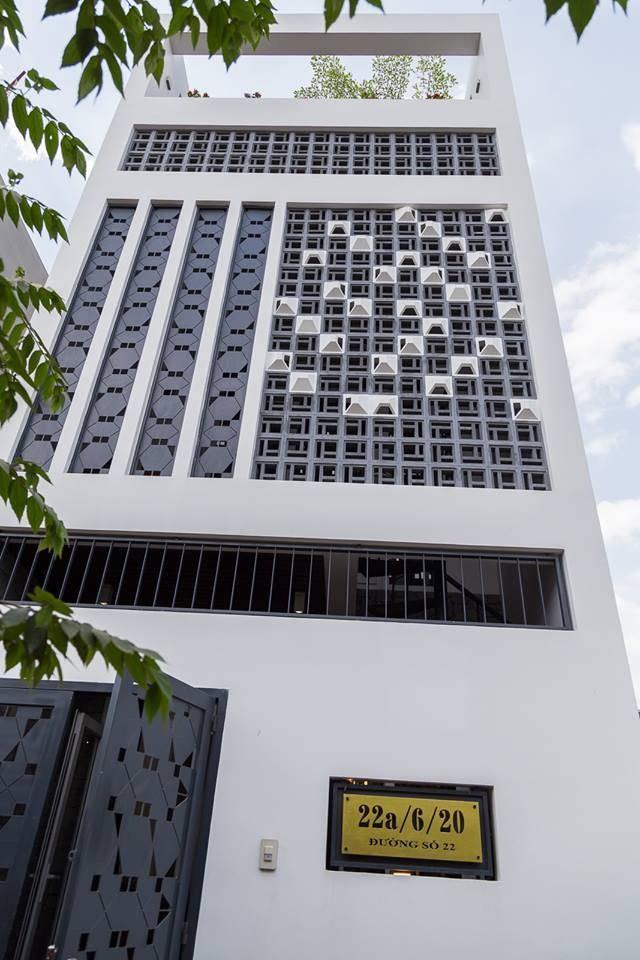 Nằm trên miếng đất 4 x 15m tại quận Thủ Đức, ngôi nhà mang tên An House với mong muốn mang lại một không gian bình yên, tĩnh lặng cho gia chủ giữa TP HCM sôi động. Để tạo cảm giác thông thoáng, ngoài 2 giếng trời, kiến trúc sư đã thiết kế ba kiểu lam gió khác nhau ở mặt tiền ba tầng.
