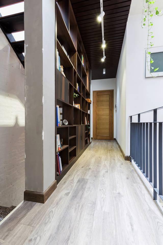 Nếu tầng trệt chủ yếu dùng các vật liệu đá và sắt, thì lầu một sử dụng nhiều gỗ - một vật liệu tạo cảm giác mát mẻ khi trời nóng và ấm áp khi trời lạnh. Giá sách đặt ở hành lang nơi lầu một, bên ngoài phòng ngủ, cung cấp cho chủ nhà những món ăn tinh thần.