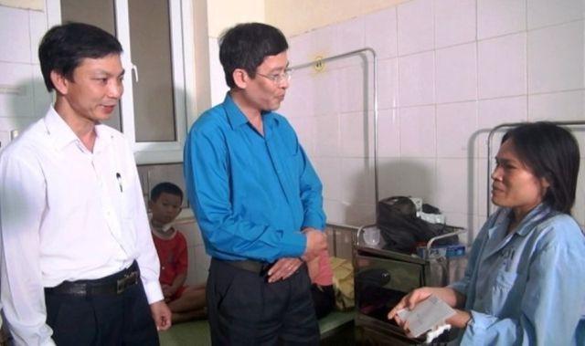 Thay mặt Bộ trưởng Bộ GD&ĐT, ông Vũ Minh Đức đã biểu dương và ghi nhận tinh thần dũng cảm, nhanh trí của cô giáo Trần Thị Thanh, giáo viên Trường Tiểu học Đồng Lương.