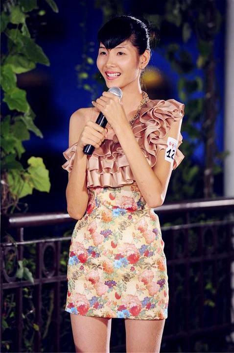 Hoàng Thùy sinh năm 1992 tại huyện Tĩnh Gia, tỉnh Thanh Hóa. Khi đang là sinh viên năm hai của trường Đại học Kiến trúc Hà Nội, Hoàng Thùy ghi danh tại Vietnams Next Top Model 2011 và cuộc thi này đã làm thay đổi cuộc đời cô gái 19 tuổi.