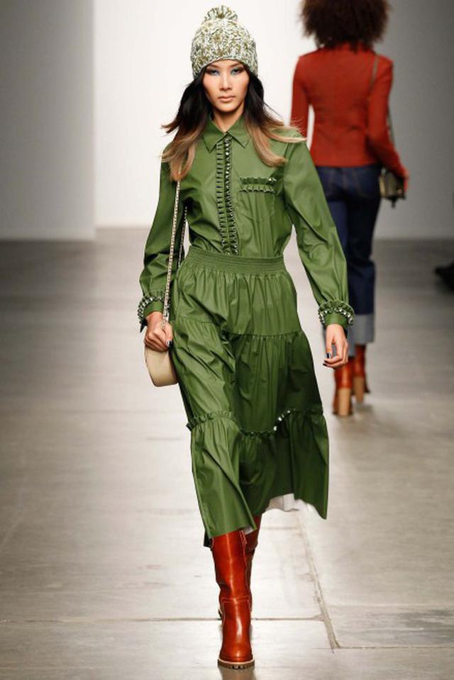 Phong thái và những sải bước chuyên nghiệp của một người mẫu quốc tế.
