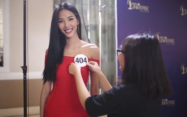 Cũng trong năm 2017, Hoàng Thùy mạo hiểm nộp hồ sơ thi Hoa hậu Hoàn vũ Việt Nam. Bên cạnh những khán giả ủng hộ, nhiều người lại phản đối Hoàng Thùy ra mặt vì cho rằng vẻ đẹp của cô không phù hợp với hình ảnh hoa hậu, chỉ nên an phận làm người mẫu.