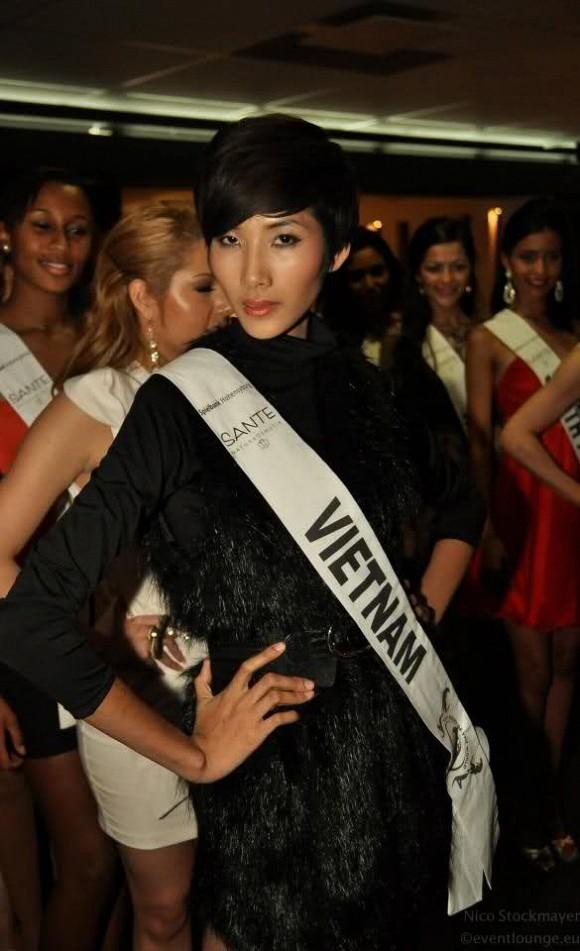Năm 2012, Hoàng Thùy đại diện Việt Nam tham sự cuộc thi Top Model of the World và lọt top 15. Giải phụ Best Catwalk mà Hoàng Thùy có được tại cuộc thi này cũng phần nào cho thấy năng lực sàn diễn vượt trội của cô.