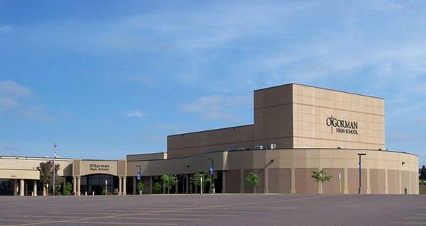 Trường St. George, Đảo Rhode: Ngoài nhà nguyện theo phong cách kiến trúc Gô-loa và nhiều tòa nhà lịch sử, trường St. George nằm trên một ngọn đồi bình dị nhìn ra biển.