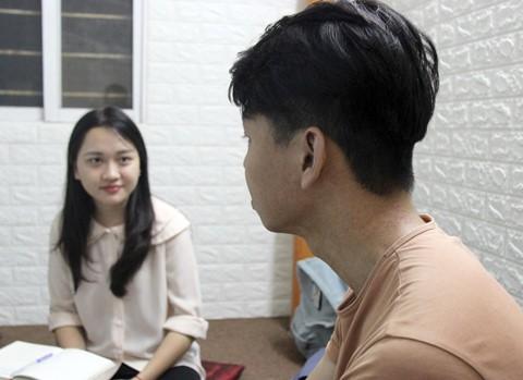 Trở thành nạn nhân của vụ tạt axit, Hoàng Nam có lúc tuyệt vọng, muốn bỏ học và sống khép kín. Ảnh: Hoàng Lam.
