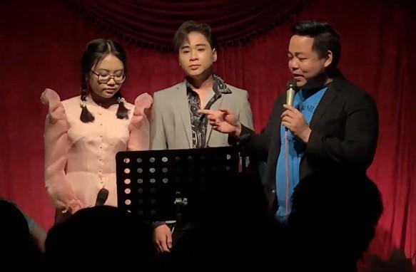 Quang Lê bên 2 con nuôi - Phương Mỹ Chi và Quang Nhật