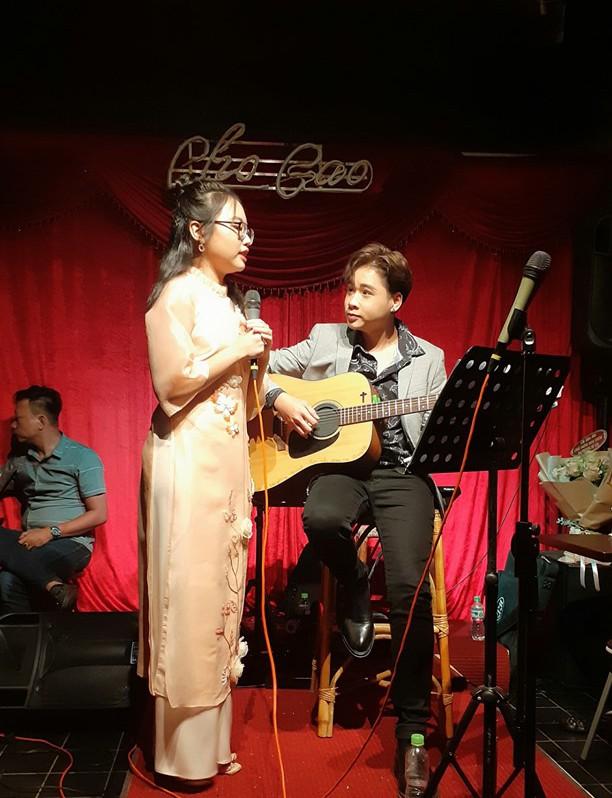 Quang Nhật đệm đàn cho Phương Mỹ Chi hát
