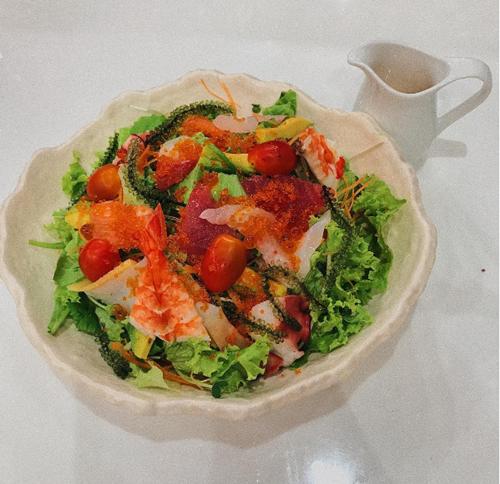 """Salad cá hồi """"made in"""" (được làm bởi) Kaity."""